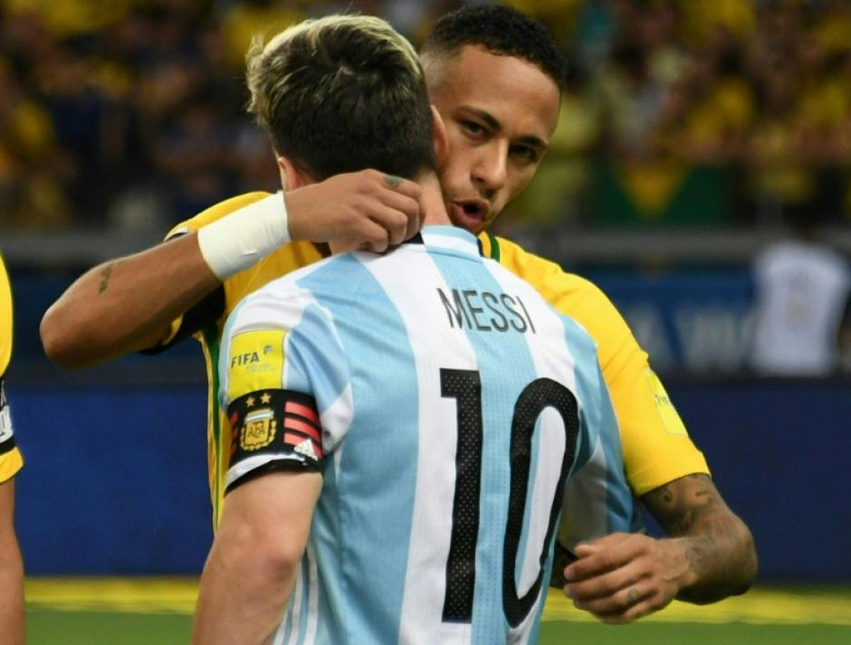 Cariñoso abrazo entre Leo y Neymar en el último clásico sudamericano. (Foto: AFP)