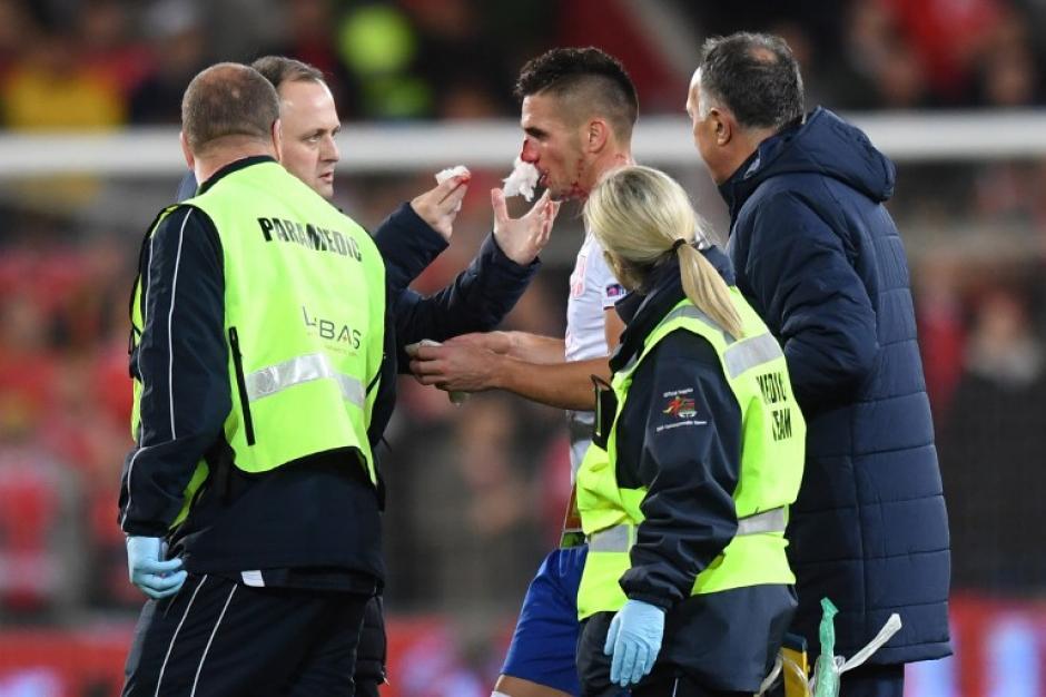 Dusan Tadic no sufrió ninguna lesión grave... y nadie sabe cómo. (Foto: AFP)