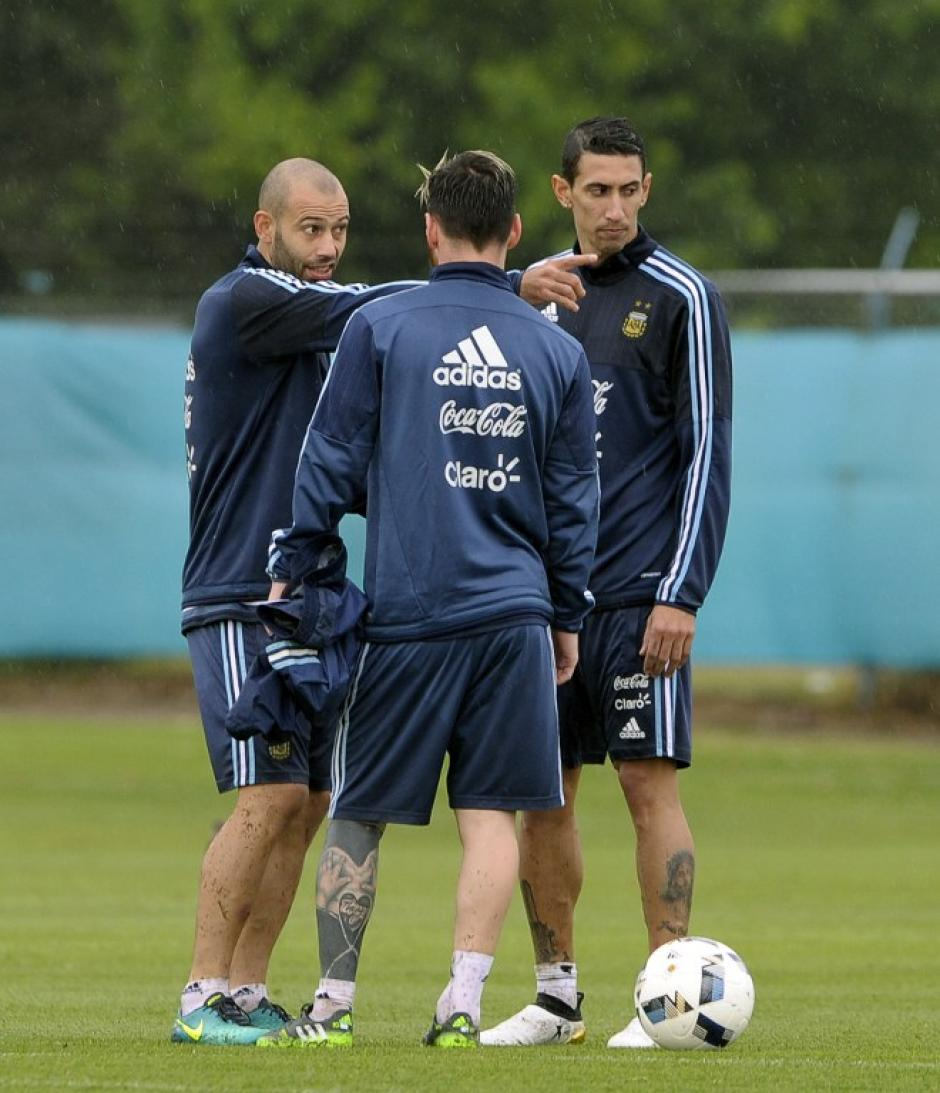 Leo, con Mascherano y Di María. (Foto: AFP)