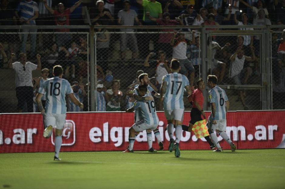 Messi celebró en la banda, junto a la afición. (Foto: AFP)