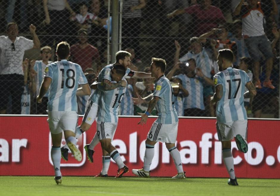 Messi metió un golazo en el calentamiento y lo repitió en el partido. (Foto: AFP)