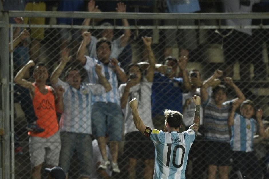 La grada enloqueció con el golazo de Messi. (Foto: AFP)