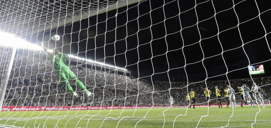 Increíble imagen de David Ospina, que nada pudo hacer. (Foto: AFP)
