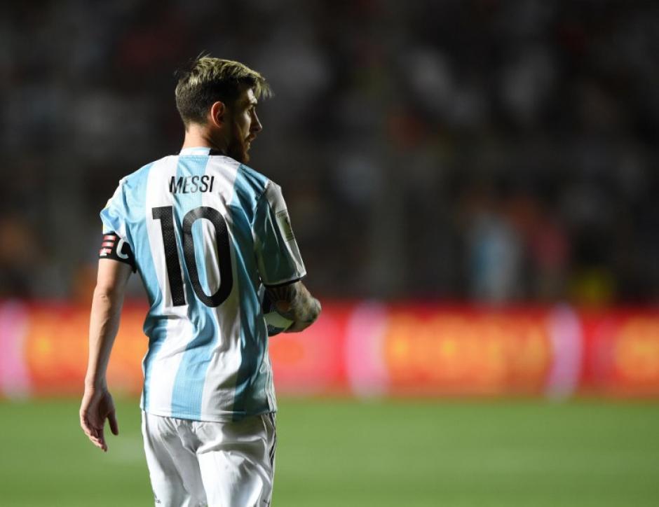 Ni cuando juega un partidazo se termina la polémica... (Foto: AFP)
