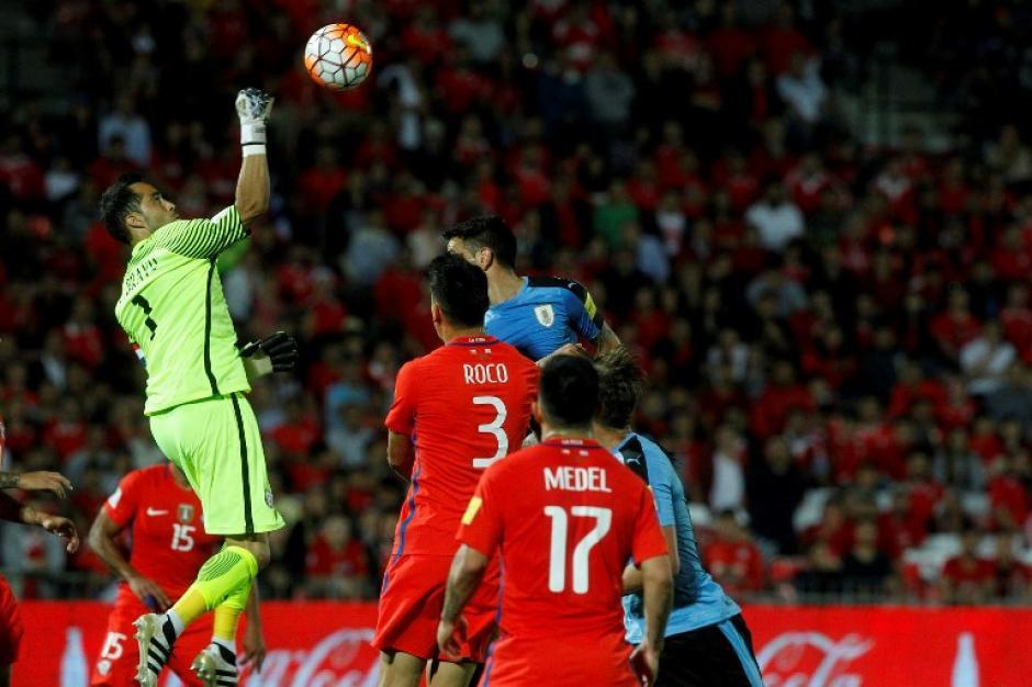 Bravo volvió a ser el héroe para Chile. (Foto: AFP)