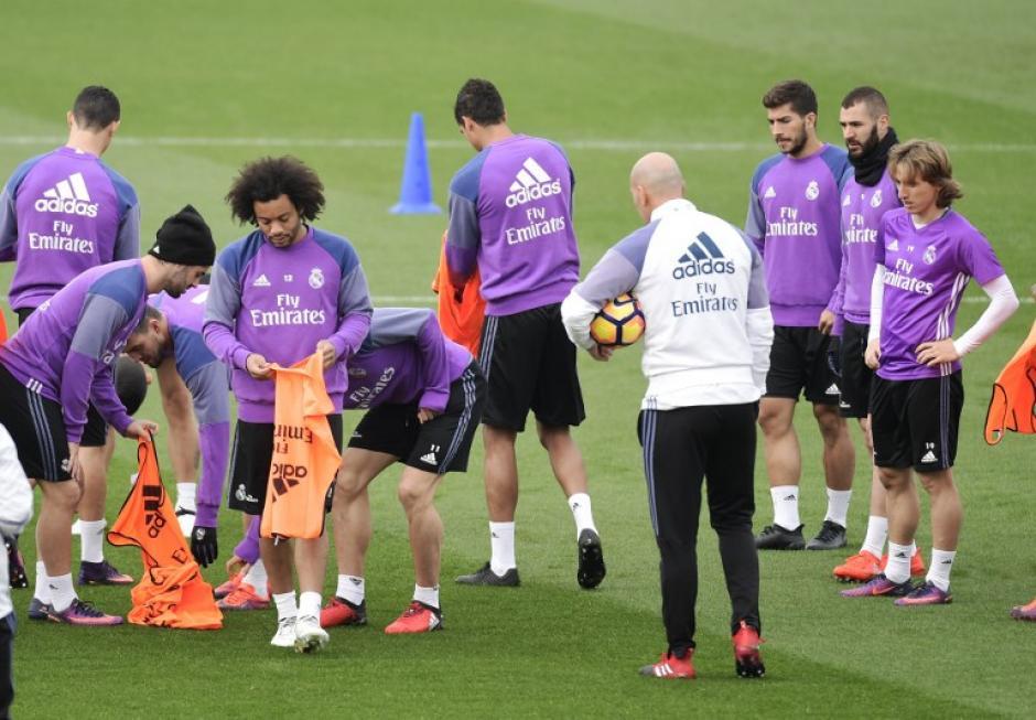 Zidane dirigió el entrenamiento con Ramos y Benzema de vuelta. (Foto: AFP)