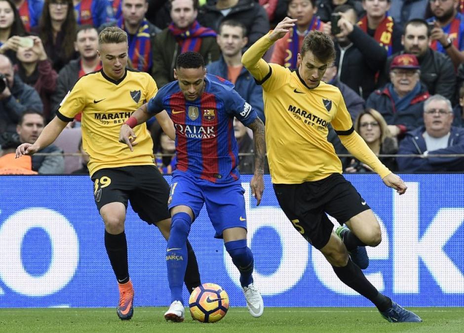 Neymar disputa la pelota con Ontiveros y el defensor Diego Llorente (Foto: LLUIS GENE/AFP)