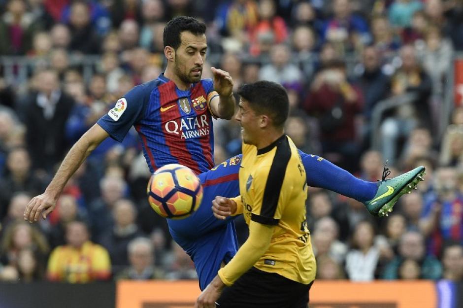 Sergio Busquets y Pablo Fornals del Malagá tuvieron un duelo directo durante el partido. (Foto: LLUIS GENE/AFP)