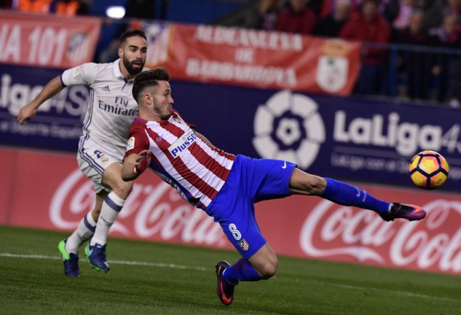 Saul Niguez del Atlético de Madrid  le disputa la pelota Dani Carvajal. (Foto: GERARD JULIEN/AFP)