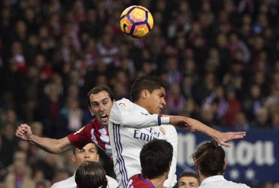 El defensor Raphael Varane siempre fue puntual en la defensa. (Foto: CURTO DE LA TORRE/AFP)