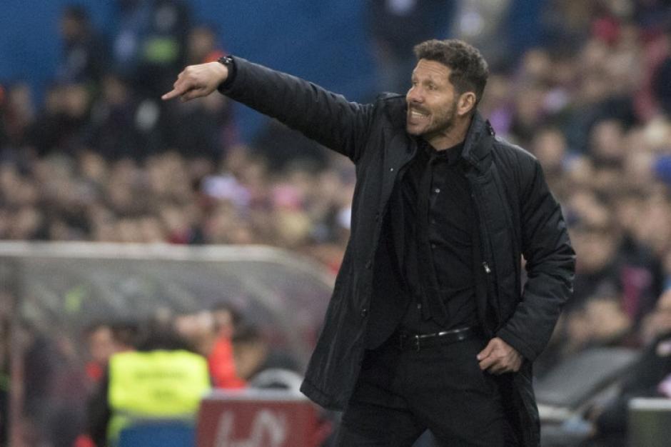 El entrenador del Atlético de Madrid Diego Simeone dio indicaciones desde el banquillo durante todo el partido. (Foto: CURTO DE LA TORRE/AFP)
