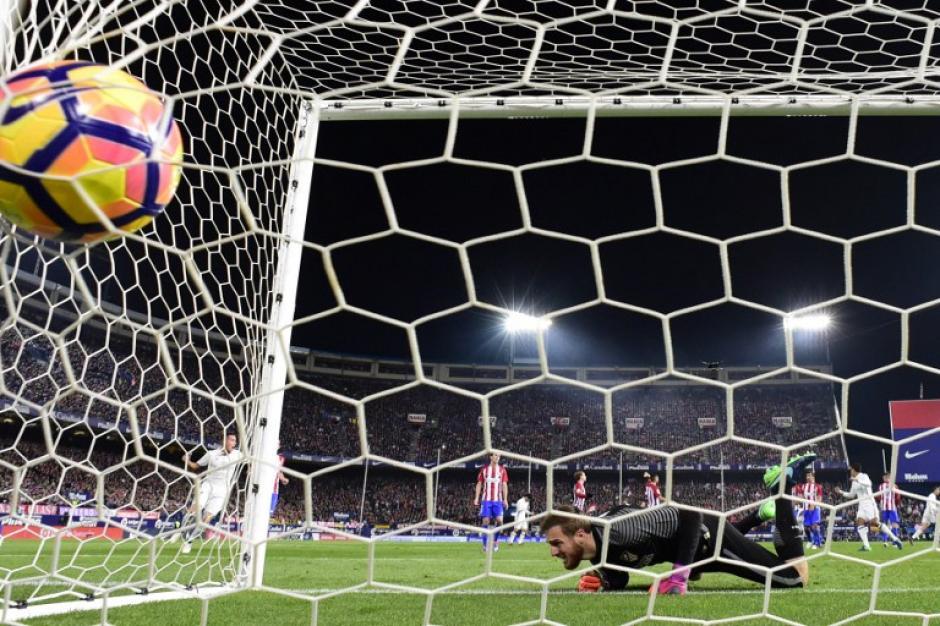 Jan Oblak no puede detener el tiro de Cristiano Ronaldo. (Foto: PIERRE-PHILIPPE MARCOU/AFP)