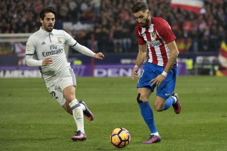 Yannick Ferreira Carrasco pelea la pelota a un Isco Alarcón que fue fundamental en el equipo Merengue. (Foto: CURTO DE LA TORRE/AFP)