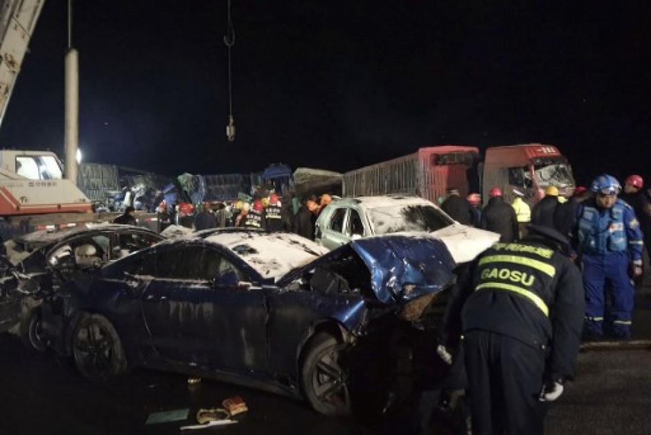 El accidente involucró a más de 50 autos. (Foto: AFP)