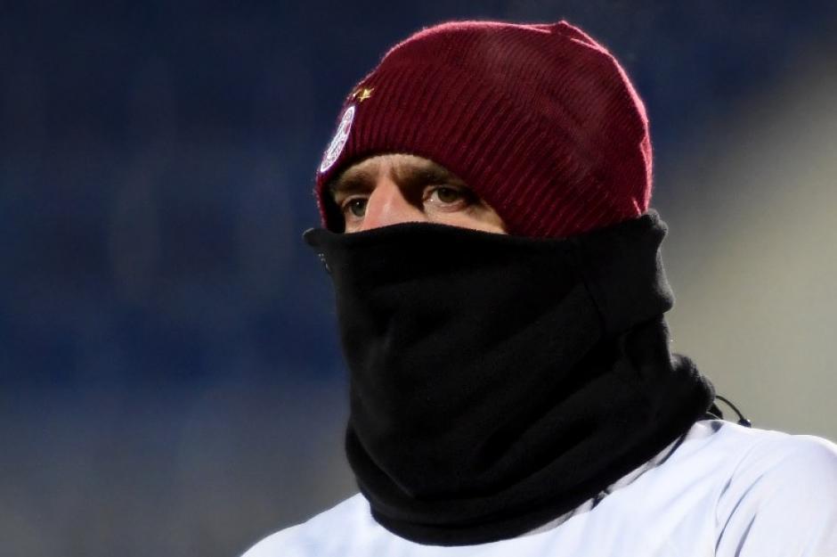 Franck Ribery antes del partido. ¿Será que había frío? (Foto: AFP)