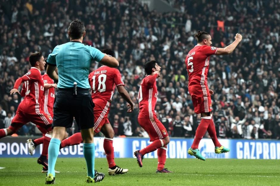 Fejsa celebra el extraño gol de su equipo. (Foto: AFP)