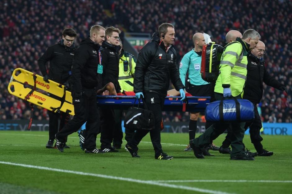 Coutinho salió inmovilizado y llorando. (Foto: AFP)