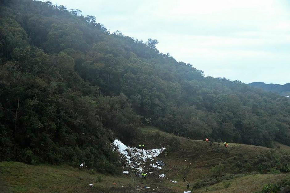 El avión cayó en una zona montañosa. (Foto: AFP)