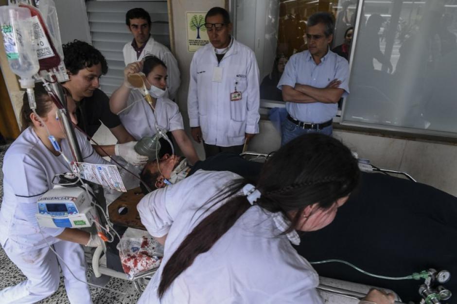 Personal médico atiende a Hélio Neto. (Foto: AFP)