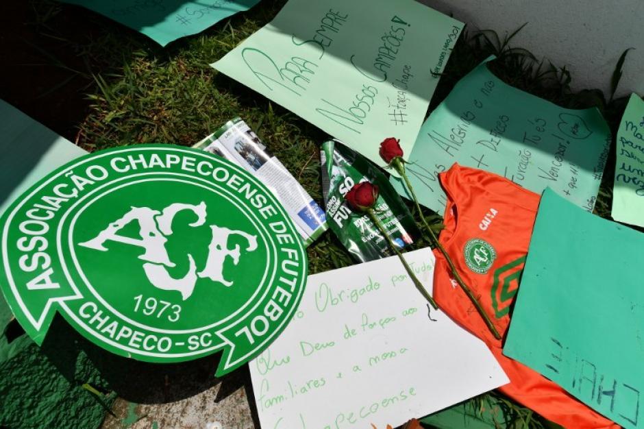 Varios seguidores muestran su tristeza y solidaridad con el club brasileño. (Foto: AFP)