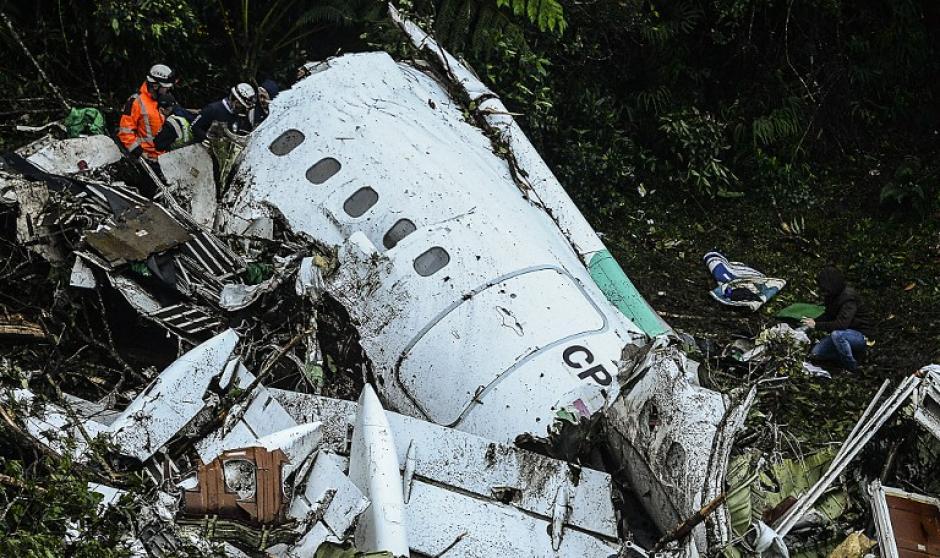 El avión cayó en una zona montañosa a pocos kilómetros del aeropuerto. (Foto: AFP)