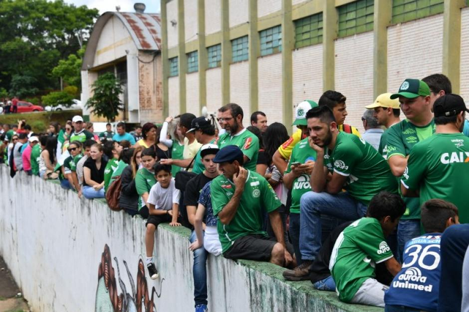 Hinchas del Chapecoense se reunieron en la ciudad. (Foto: AFP)