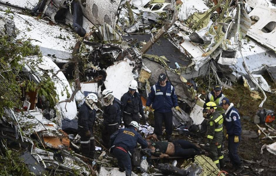 Así quedó el avión donde viajaban. (Foto: AFP)