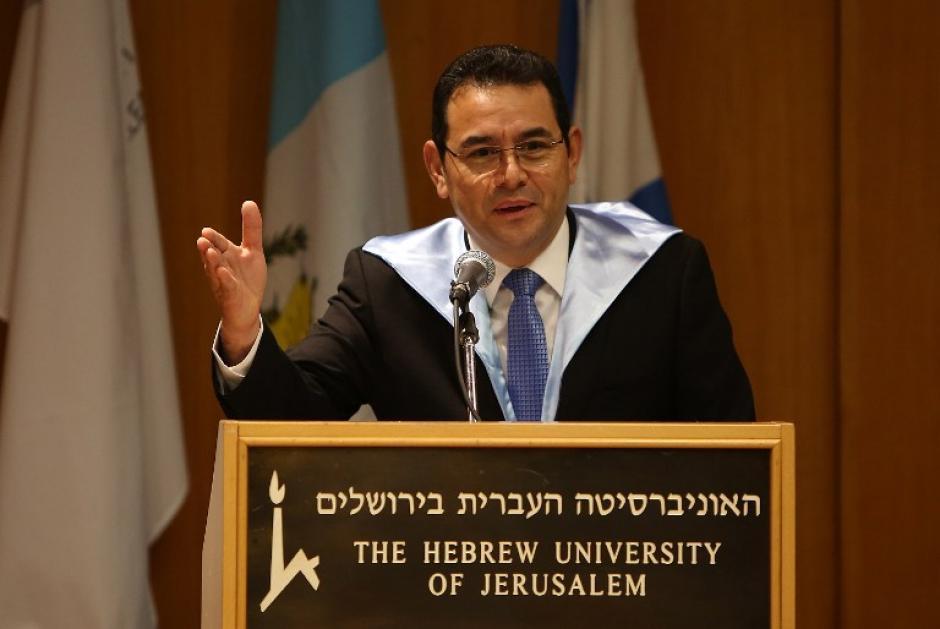 Jimmy Morales recibió el título Doctor Honoris Causa en Filosofía. (Foto: AFP)