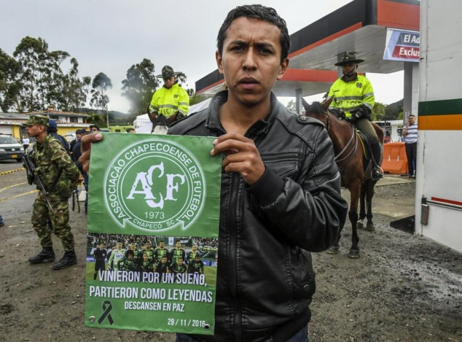 Los seguidores del Atlético Nacional se solidarizaron con el club brasileño. (Foto: AFP)