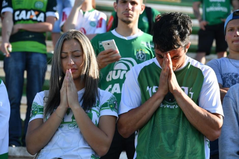 Los seguidores del Chapecoense se reunieron en su estadio para orar por las víctimas. (Foto: AFP)