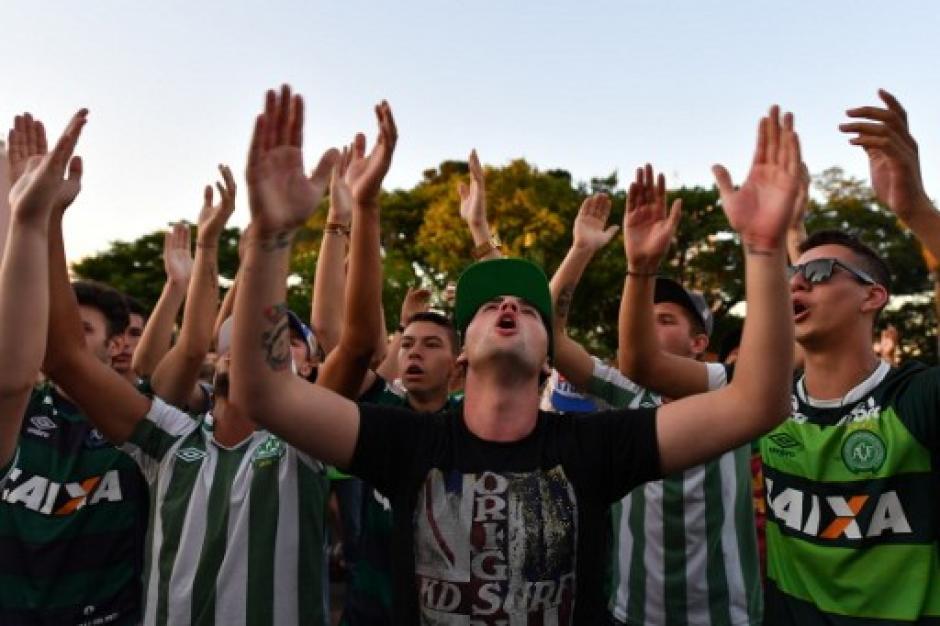 Los cantos hacia el cielo en honor de los fallecidos en Medellín. (Foto: AFP)