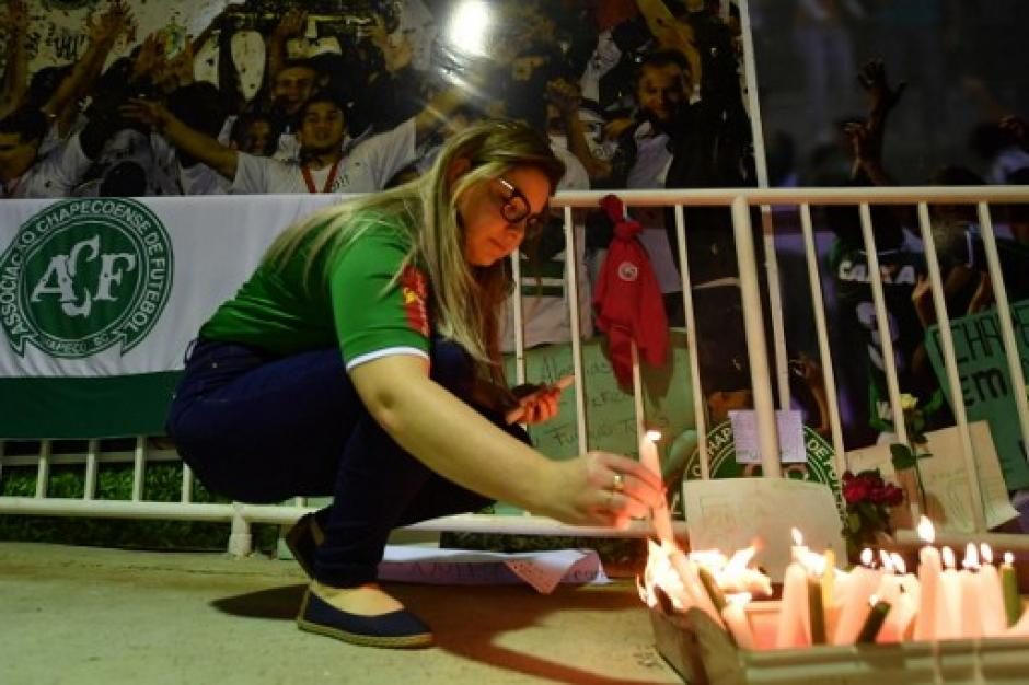 La velas acompañaron el duelo en Chapeco. (Foto: AFP)