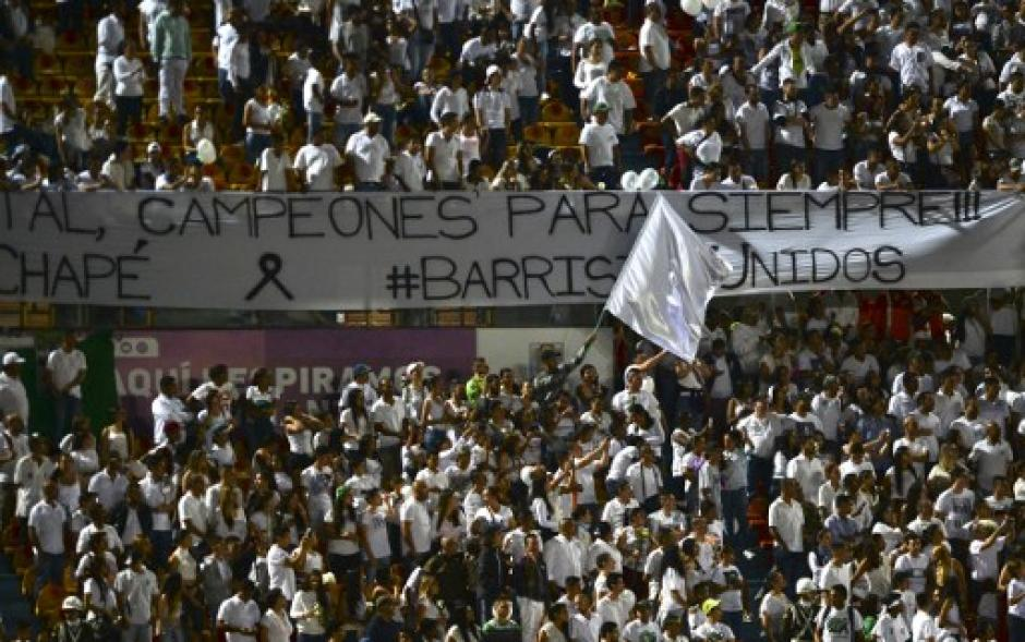Miles de seguidores de Atlético Nacional llenaron el estadio en el homenaje póstumo a los jugadores de Chapecoense. (Foto: Twitter)