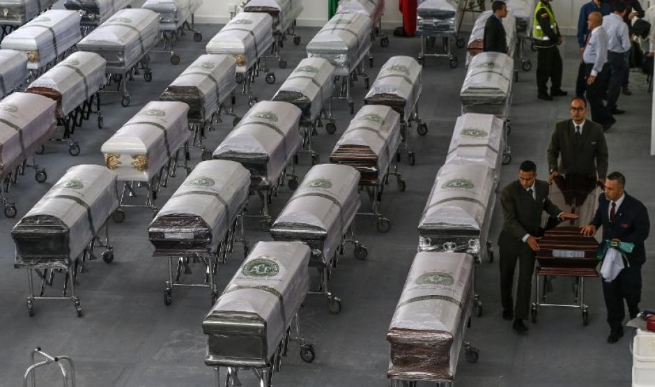 Ataúdes con los cuerpos de las víctimas. (Foto: AFP)