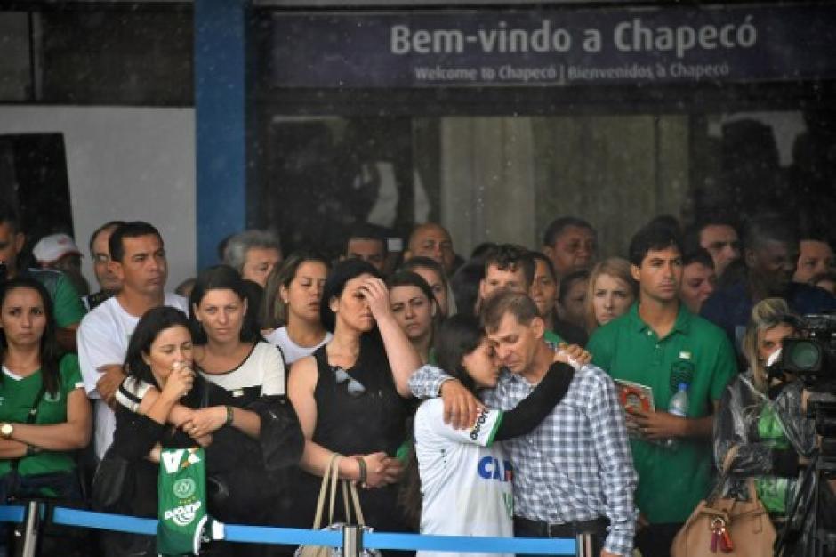 Familiares y amigos de las víctimas llegaron al aeropuerto a recibir sus cuerpos. (Foto: AFP)