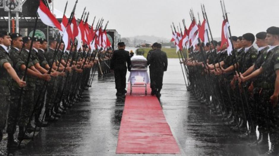 Integrantes del Ejército de Brasil hacen guardia a los féretros. (Foto: AFP)