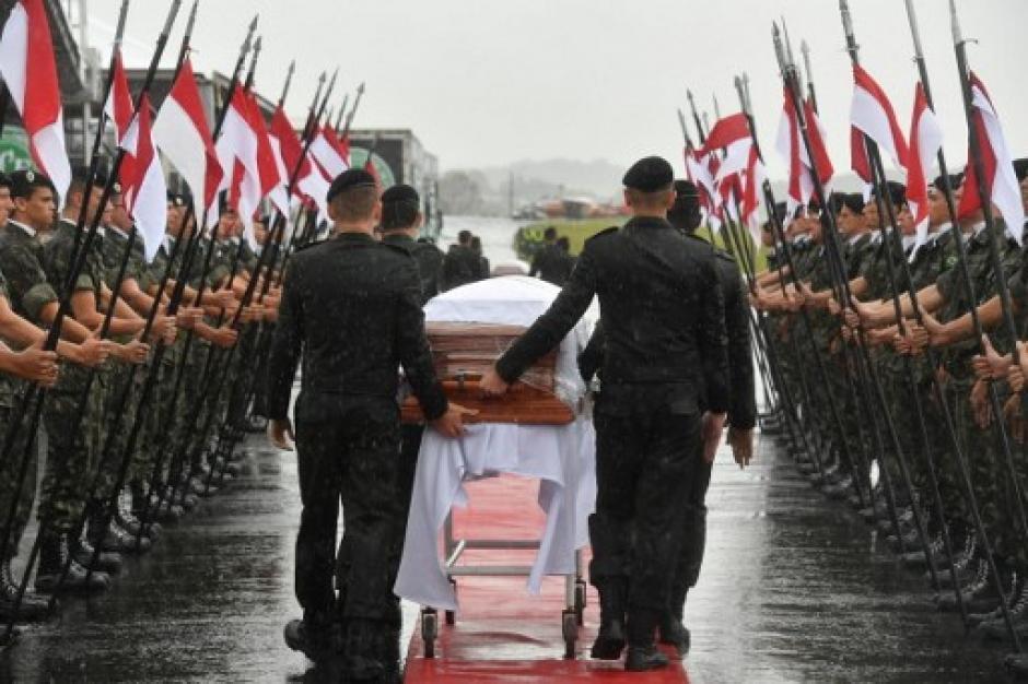 Los cuerpos serán trasladados hacia el estadio Arena Condá. (Foto: AFP)