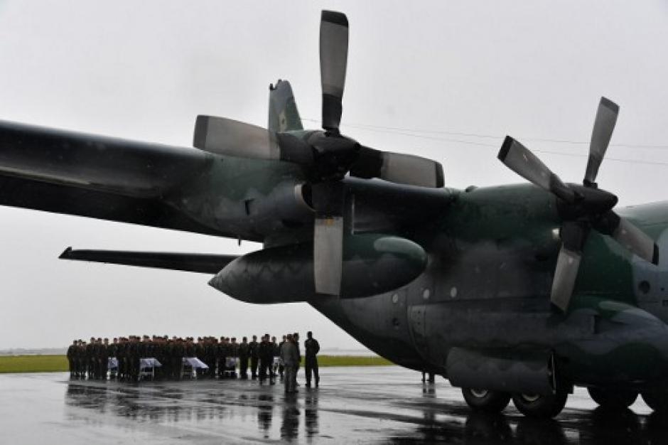 Los cuerpos de las víctimas fueron recibidos bajo una intensa lluvia en Brasil. (Foto: AFP)