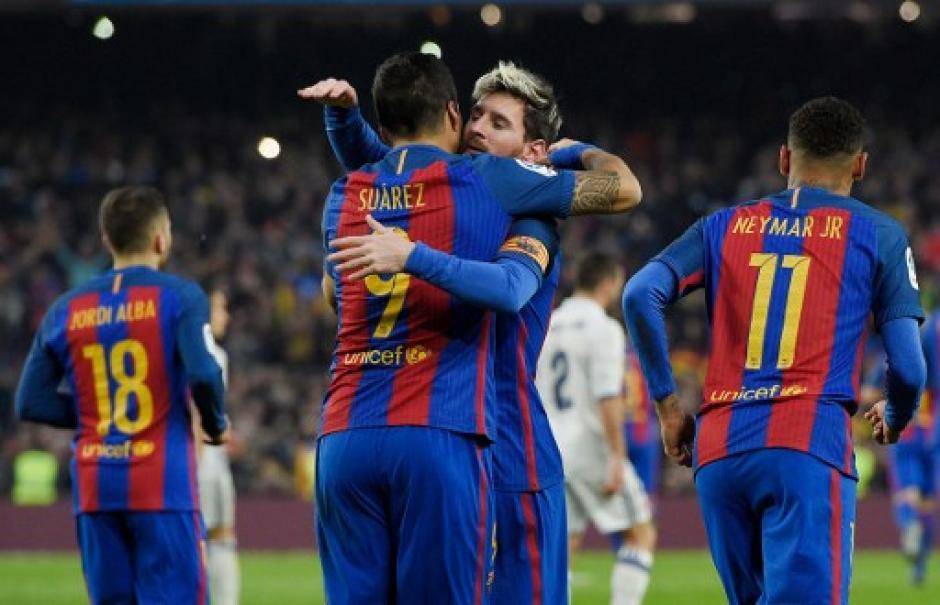 Lionel Messi salió portando el gafete de capitán por primera vez en un clásico. (Foto: AFP)