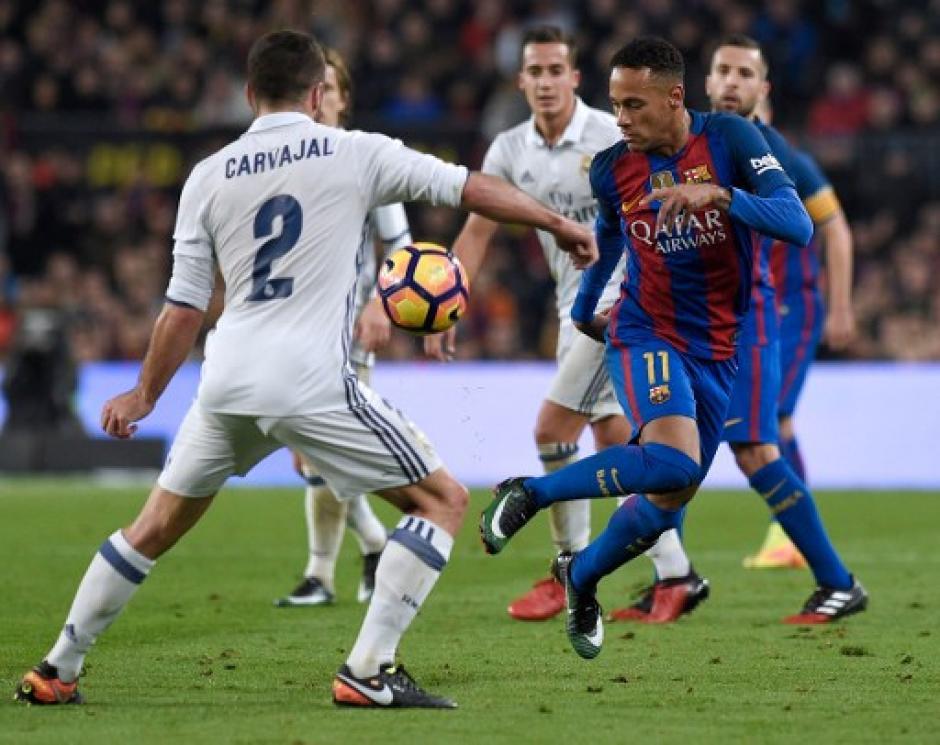 El juego fue bastante fuerte en el medio campo. (Foto: AFP)