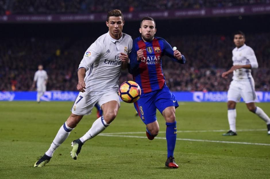 El lateral junto a Cristiano en una acción del clásico. (Foto: AFP)