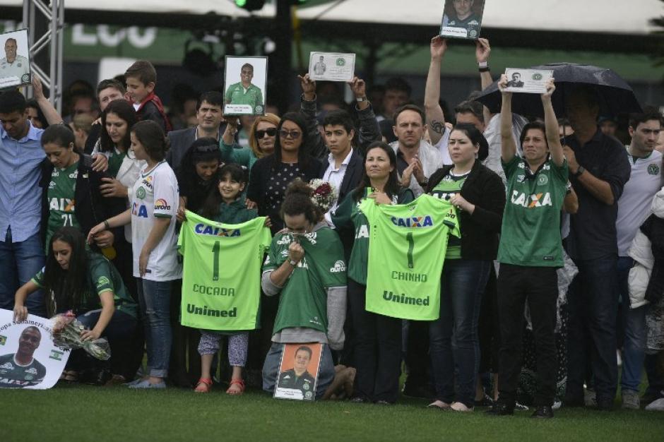 Familiares de las víctimas durante el funeral. (Foto: AFP)