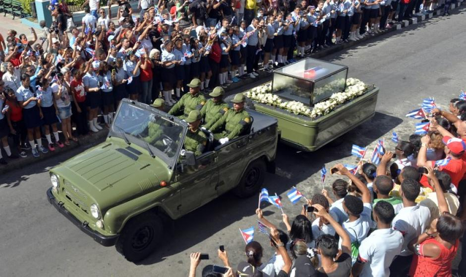 Miles de cubanos abarrotaron las calles de Santiago para ver pasar la caravana con las cenizas de Castro. (Foto: AFP)