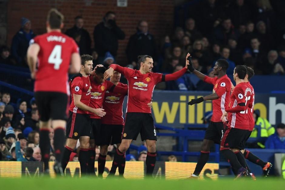 Ibra celebra su extraño gol con sus compañeros. (Foto: AFP)