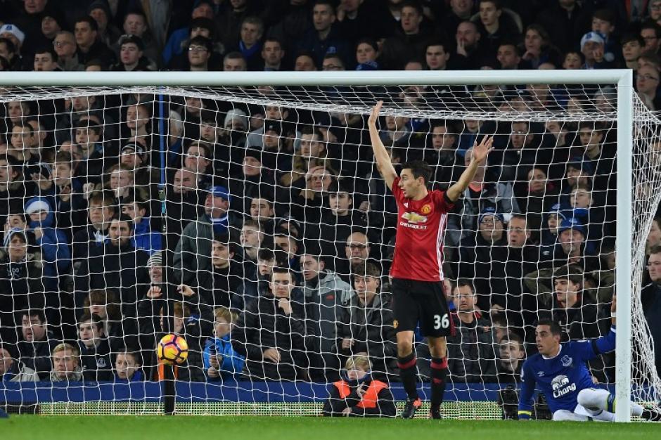 Un defensa llegó a la pelota, pero no a tiempo. (Foto: AFP)