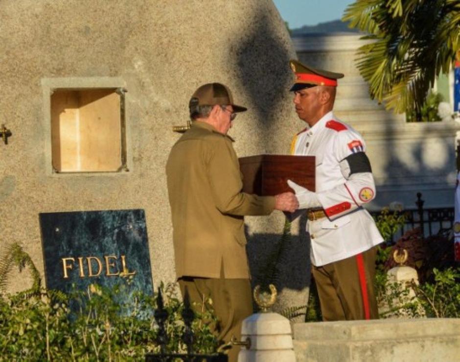 Raúl Castro recibe las cenizas de su hermano Fidel para depositarlas en la tumba. (Foto: AFP)