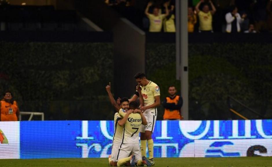 Oribe Peralta, William Da Silva y Edson Alvarez celebran luego de una anotación. (Foto: AFP)