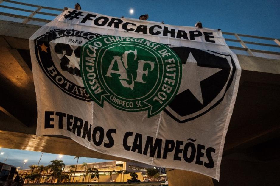 Las muestras de apoyo siguen apareciendo en todos los partidos. (Foto: AFP)