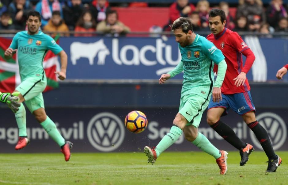 Messi se inventó un pase increíble pero Suárez lo falló. (Foto: AFP)