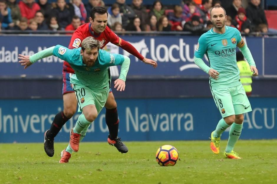 Messi se tiró y le dijo al árbitro que no pitara nada. (Foto: AFP)